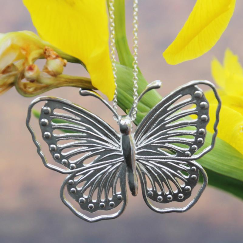 Papillon argenté avec chaîne en argent